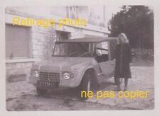 Retirage Photo d'époque noir et blanc : CITROEN MEHARI femme posant porte gauche