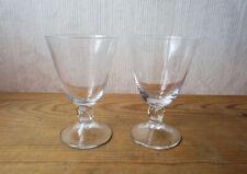 Deux anciens beaux verres à vin en cristal de Daum modèle Orval hauteur 11 cm.