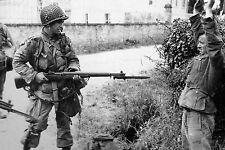 WW2 - Un Para US tient un prisonnier allemand à la pointe de sa baïonnette