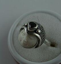Sterling Silber Ring balinesische Gottheit  Bone Carving mit Granat  Größe 57