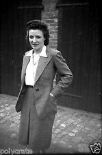 Jeune femme en tailleur  - Ancien négatif photo an. 1940