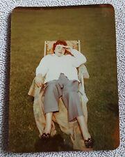Altes originales Farbfoto, Frau im Liegestuhl