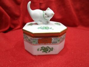"""HEREND,Greene  CHINESE BOUQUET TRINKET BOX W CAT 2.6"""", HAND PAINTED PORCELAIN !"""