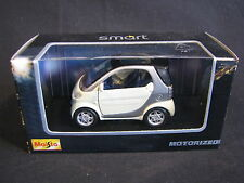 Maisto Smart City 1:33 Creme / Silver (JS)