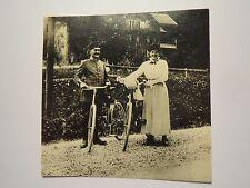 Soldat ? in Uniform und Frau mit Fahrrad / Foto