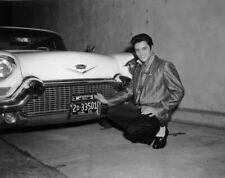 Photo de Elvis Presley devant sa Cadillac