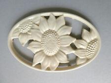 dessous de plat en fonte Geneviève Lethu France décor fleurs, tournesol, vintage
