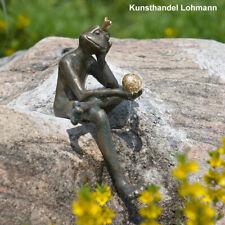 "Bronzeskulptur ""Froschkönig Borris"" mit goldener Kugel"
