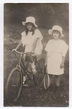 CARTE PHOTO ANCIENNE Vélo Bicyclette Cyclisme Bike Jeunes Filles 1920 Tennis