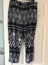 G21 - Black/White Patterned Cropped Trousers - Size 10