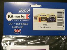 C032 DAPOL KITMASTER PETROL STATION KIT FOR 00 MODEL RAIL, UNPAINTED