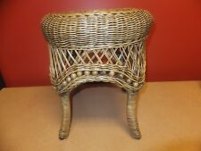 Wicker stool with beads