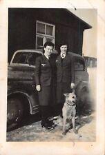 Blitzmädel mit Hund am Opel PKW Lager Radom Polen