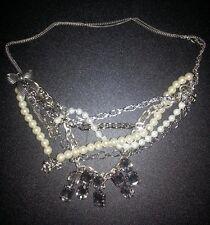 Collana multifilo con perle, fiocchi, pietre brillanti di strass tipo swarovski