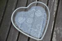Schale, Glas, Herzform, sehr schön, romantisch, mit Blumenverzierungen, neuw.