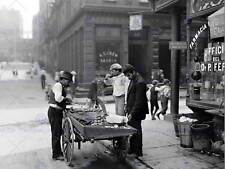 Almeja vendedor en Mora Curva Nueva York Vintage Antiguo Bw Foto Impresión Cartel 446BWB