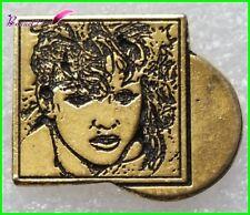 """Pin's Badge Label pin  Chanteuse Américaine """" MADONNA """"  #H5"""
