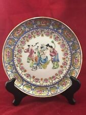 A Pretty Famille Rose Plate with Figures & Outline in Gold, D. 20 cm