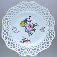 Meissen um 1760: Teller mit Durchbruch Rand, Manierblumen, Zierteller Rose plate