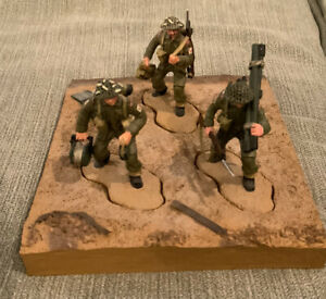 Britains 2004 - 3 Figures/Soldiers and a Base