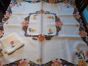 Pretty tablecloth 4 matching napkins floral cutwork detail New