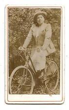 ANCIENNE CARTE DE VISITE.VINTAGE.FEMME EN BICYCLETTE LE 14 JUILLET 1913.BICYCLE.