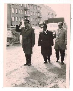 orig. DDR Foto 1965 NVA in Calbe Saale Begrüßung Brigade Kommandeur Oldtimer