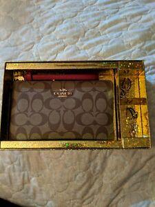 COACH - Large Wristlet Signature Canvas Khaki Red C1748 Corner Zip - NEW In Box