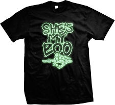 GLOW IN THE DARK Shes My Boo Skeleton Finger Funny Couple Halloween Mens T-shirt