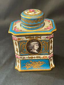 Boîte à thé en porcelaine de Sèvres à couvercle rond orné d'un bouquet floral