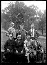 Groupe personnes joueur accordéon - ancien négatif photo verre an.1930