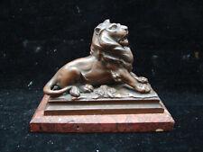 Jolie statue de lion sur socle en marbre