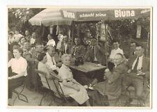 priv. Foto, keine AK Biergarten mit Sonnenschirmen Bluna + Treiber Bier Werbung