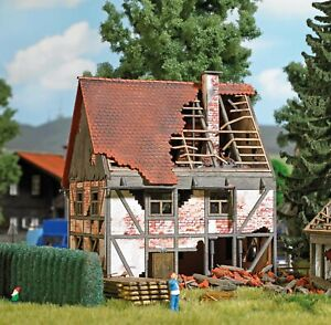 HO Scale Buildings - 1667 - Dilapidated half-timbered house - kit