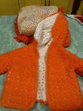 burnous tricoté main orange -blanc+coussinet assorti,bébé ,poupon ,réborn neufs