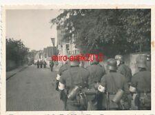 Foto, Sanitäter aus Darmstadt, Marsch mit Stahlhelm, Dienstzeit, 002