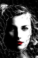 Incorniciato stampa-Donna con labbra ROSSE dietro un filo recinto (PICTURE POSTER SEXY ART)