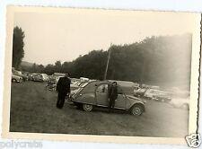 Portrait famille parking voitures anciennes Citroën 2cv photo ancienne an. 1960