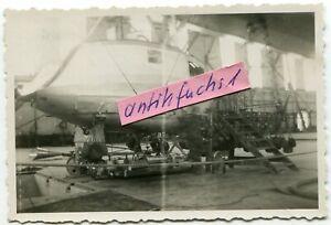 Foto: Luftschiff Zeppelin mit großer Gondel in der LZ-Halle Friedrichshafen 1934
