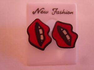 Ohrring mit kleiner Kussmund und roten Lippen weiße Zähne aus Kunststoff 3458