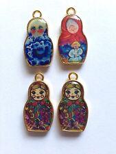 4 x Smaltato Russo Bambola Charms molto colorato 14mm x 26mm Set d'oro, numero 3