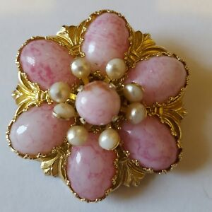 A beautiful gold tone brooch with Faux pearls and pink stones