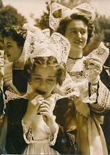 PARIS 1952 -Jeunes Femmes Enfant Coiffes Costumes Traditionnels Bretons- PR 878
