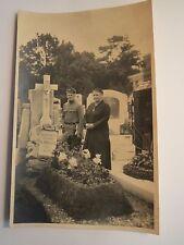 Soldat in Uniform & Frau auf Friedhof - Grab Familie Schaefer / Foto