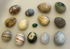 Collection de 18 magnifiques œufs oeufs décoratifs en différents types de pierre