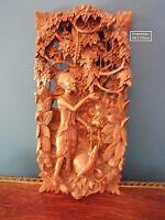 Bois sculpté personnage & chien sous une tonnelle de fruits et fleurs - signé