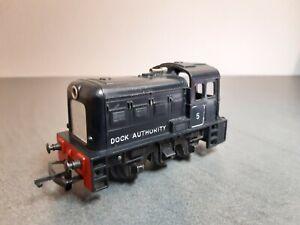 Triang Hornby OO - Diesel Dock Shunter Locomotive R253, Black livery, Number 5.