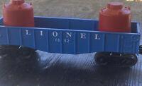 """LIONEL 6142-125  8"""" BLUE GONDOLA W/Lionel Red Drum Barrels"""