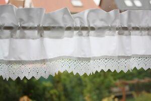 *Deko-Traeume* Kurzgardine Shabby Weiß mit Klöppelspitze - B 100 - H 12+4 cm