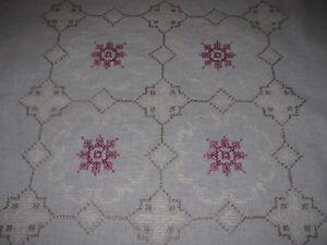 Schöne Mitteldecke-Handarbeit-Stickerei-Ornamente-Kreuzstich-Tischdecke